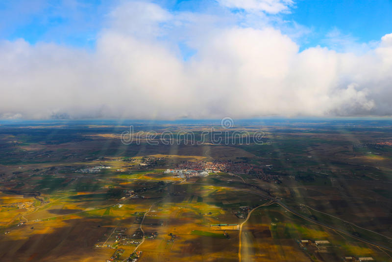 Moln som ses från ett flygplan, solsken, jordbakgrund royaltyfri foto