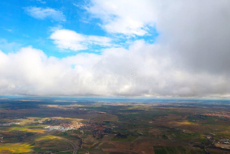Moln som ses från ett flygplan, solsken, jordbakgrund arkivfoto
