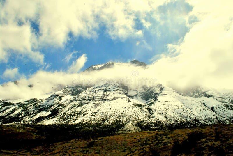 Moln som tar över bergen arkivfoton