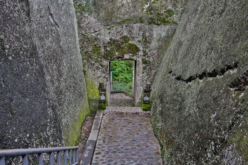Moln till och med grottadörren i Eski-Kermen forntida grottastad arkivfoton