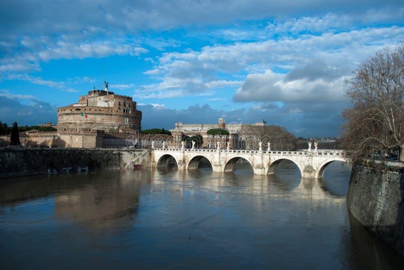 Moln under den Tiber flod- och broPonte Sant `en Angelo nära av Castel Sant Angelo, Roma, Italien, Februari 2018 aftonljus royaltyfria foton