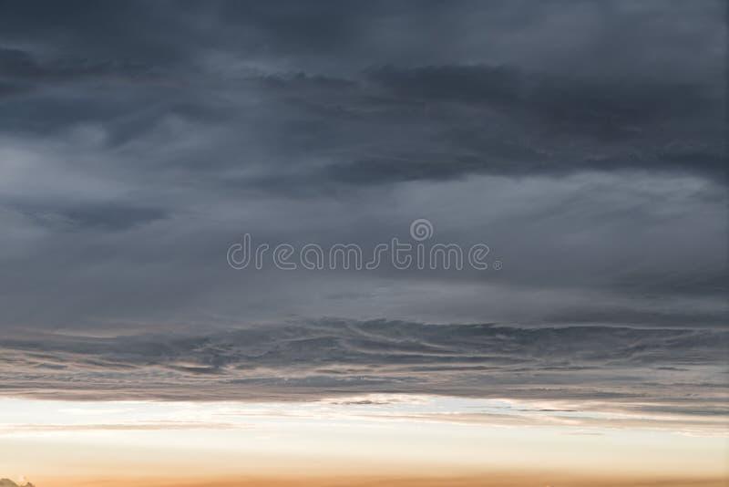 Moln under himmel arkivbild