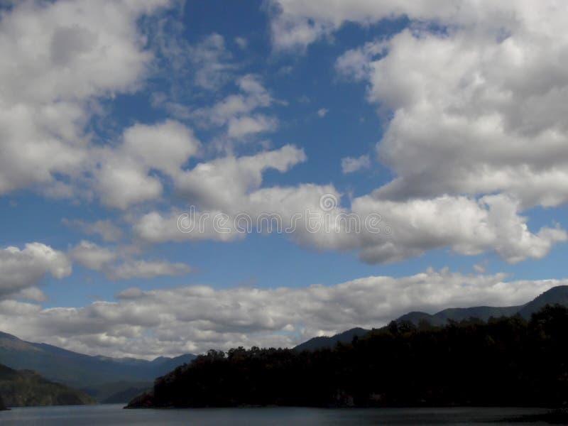 Molnbildande ovanför en härlig sjö i Chile fotografering för bildbyråer
