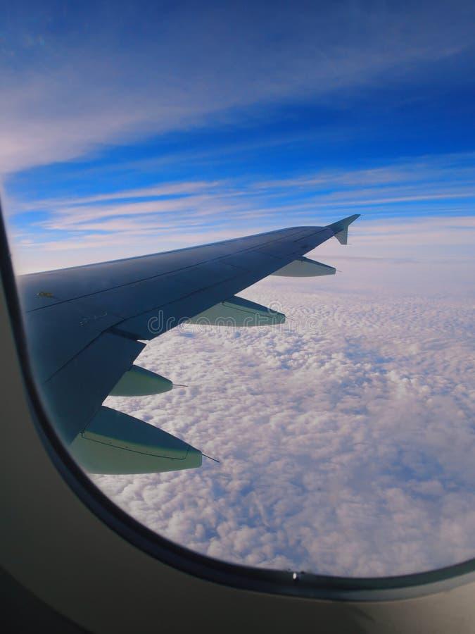 Molnen, himmel och vingen arkivfoto