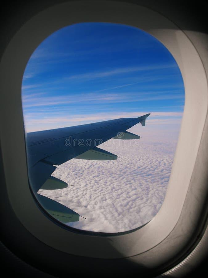 Molnen, himmel och vingen royaltyfri foto