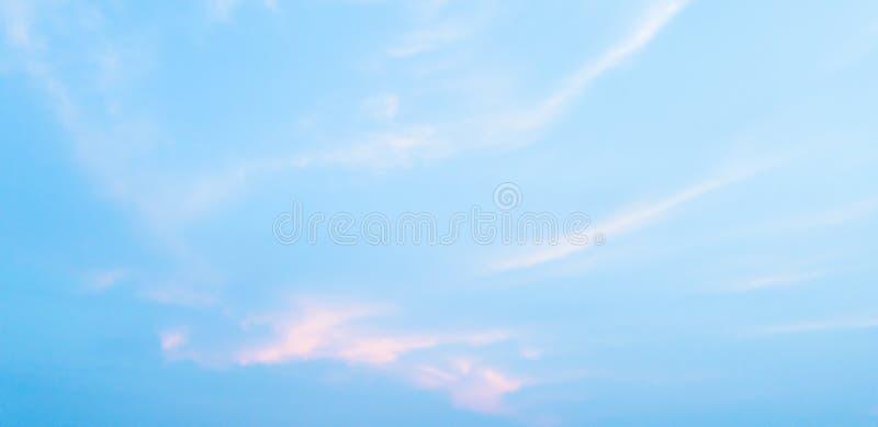 Molnen och den blåa himlen gör sammandrag naturlig bakgrund fotografering för bildbyråer