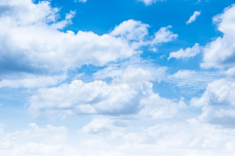Molnen och himlarna arkivbild
