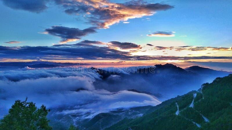 Molnen och soluppgången arkivfoton