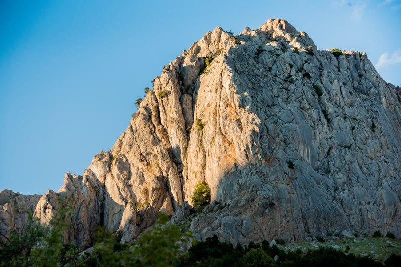 Molnfri himmel över att förbluffa berget arkivfoto