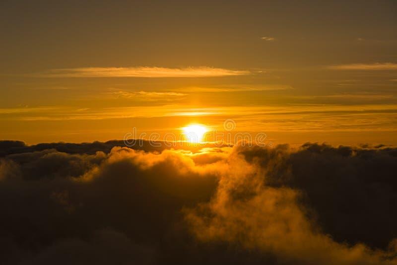 MolnHaleakala för solnedgång ovannämnd nationalpark Maui Hawaii USA arkivfoto