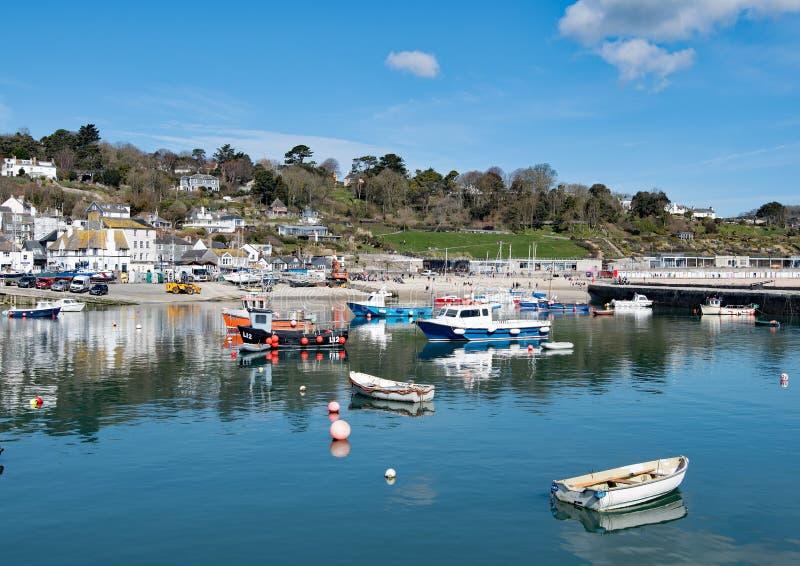 Molnhopsamling över den Lyme Regis hamnen fotografering för bildbyråer