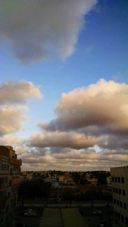 Molnig älskvärd himmel arkivfoto