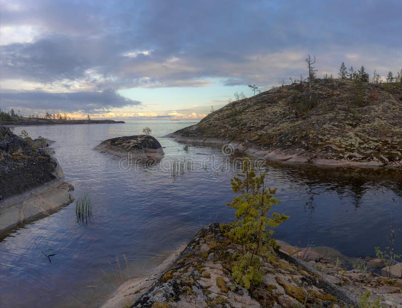 Molnig afton på Lake Ladoga royaltyfri bild