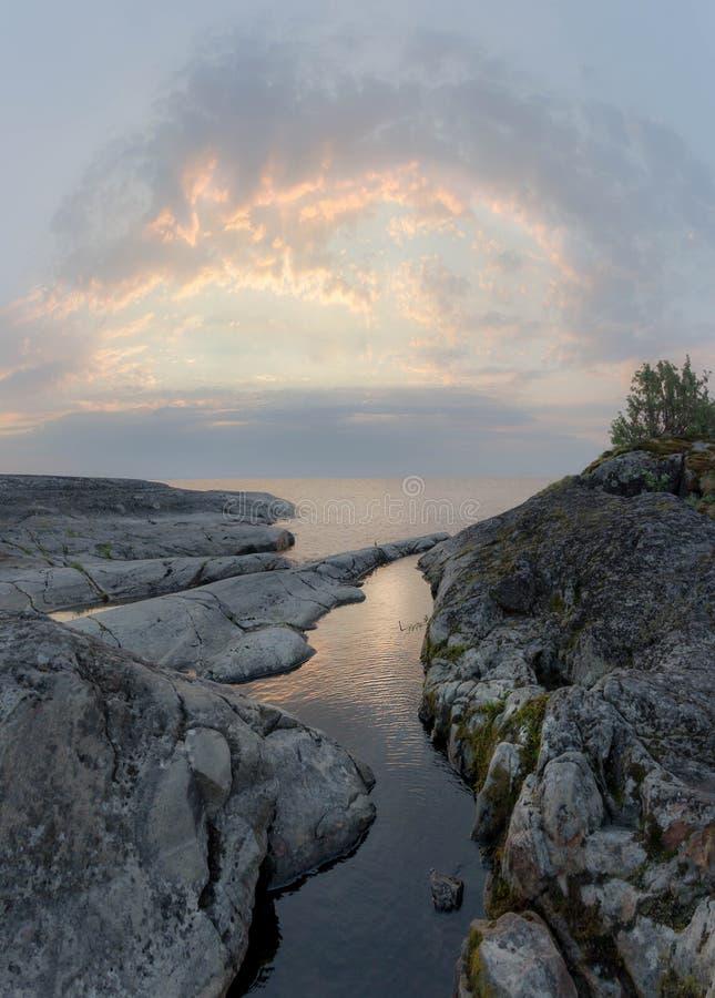 Molnig afton på Lake Ladoga arkivfoto