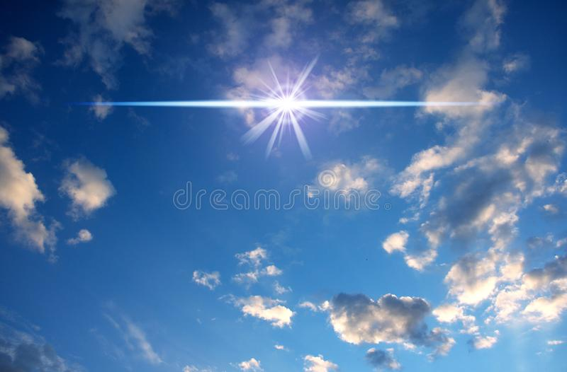 Molnig blå himmel med den magiska mystikerstjärnasignalljuset fotografering för bildbyråer