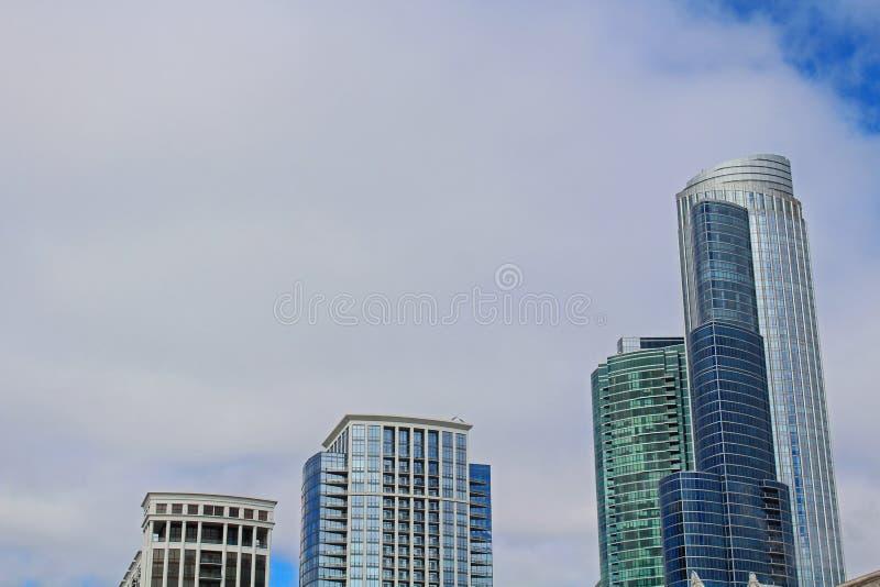 Molnig Chicago horisont fotografering för bildbyråer