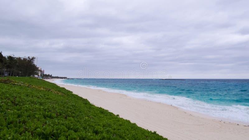 Molnig dag över en strand i Nassau royaltyfri fotografi