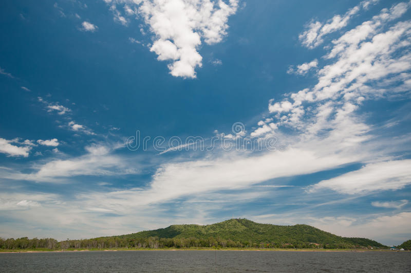 Molnig dag på sjön royaltyfri foto