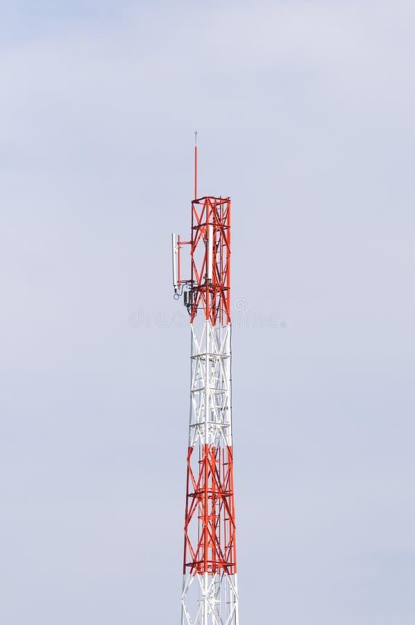 molnig by för kommunikationsskytorn arkivbilder