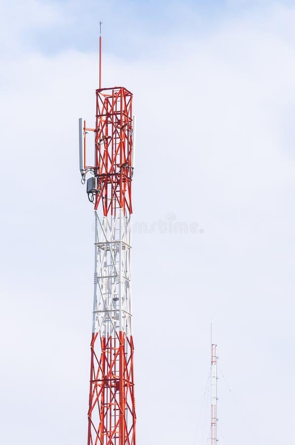 molnig by för kommunikationsskytorn royaltyfria foton
