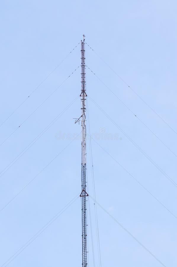 molnig by för kommunikationsskytorn royaltyfri foto