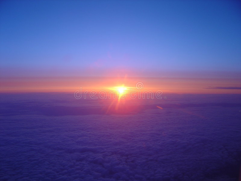 molnig flygsoluppgång royaltyfri fotografi