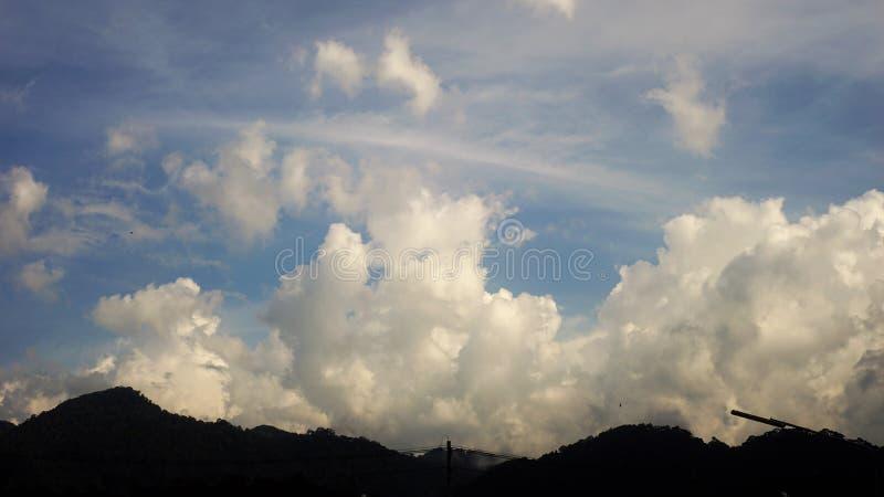 Molnig himmel över berget royaltyfri foto