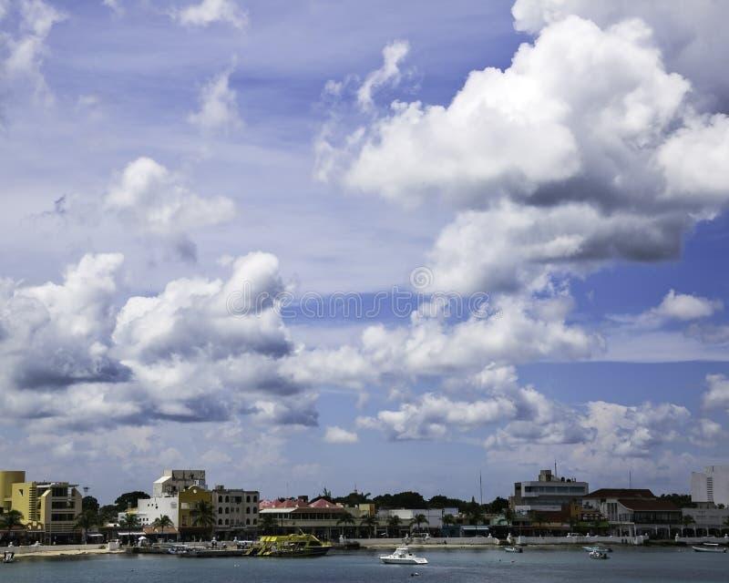 Molnig himmel över kust- mexikansk stad fotografering för bildbyråer