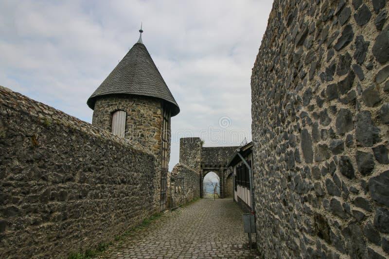 Molnig himmel över medeltida slott fördärvar royaltyfri bild