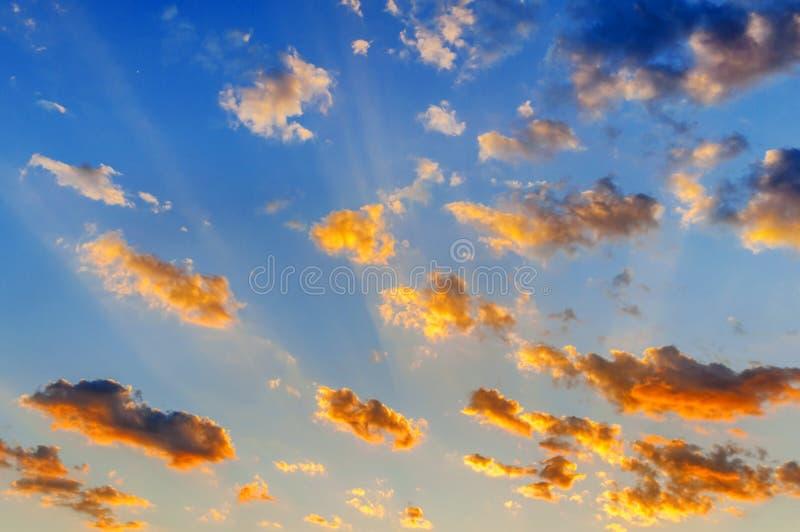 Molnig himmel för Beutifull solnedgång med gula moln arkivbild