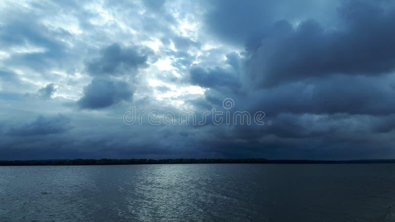 Molnig himmel för morgon arkivbild