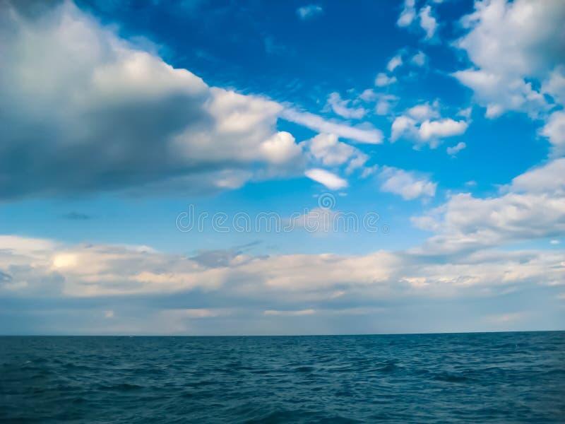 Molnig himmel för sommar över Lake Baikal arkivbild