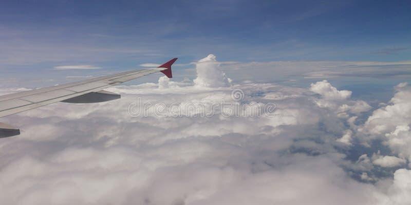 Molnig himmel från en nivå royaltyfri foto