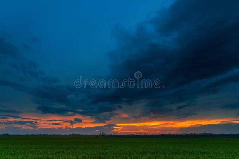 Molnig himmel i solnedgångtid royaltyfri fotografi