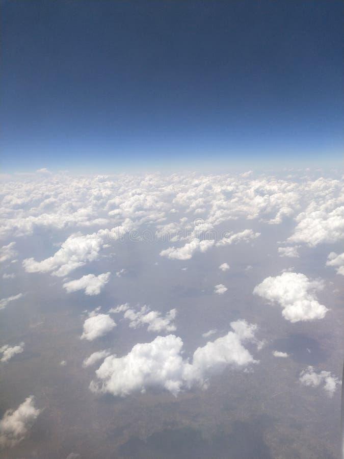 Molnig himmel med blå atmosfär för beautifil royaltyfri bild