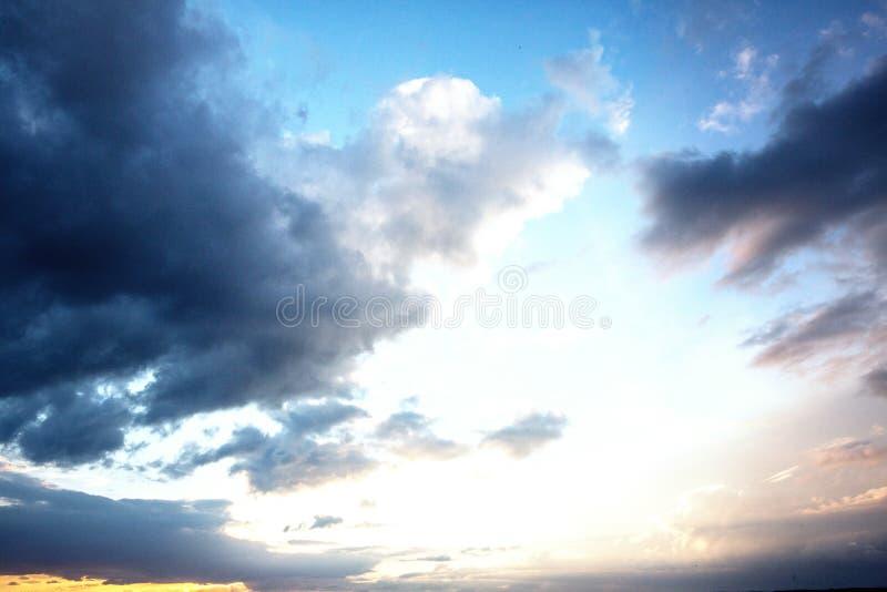 Molnig himmel med härligt solsken stock illustrationer