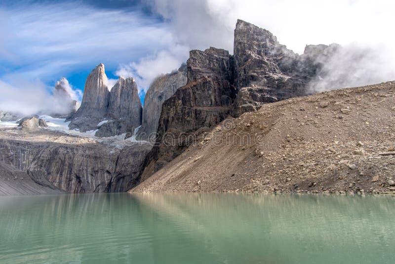 Molnig himmel och blåa himlar Torres del Paine fotografering för bildbyråer