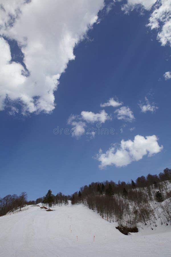 Molnig himmel och snö arkivfoton