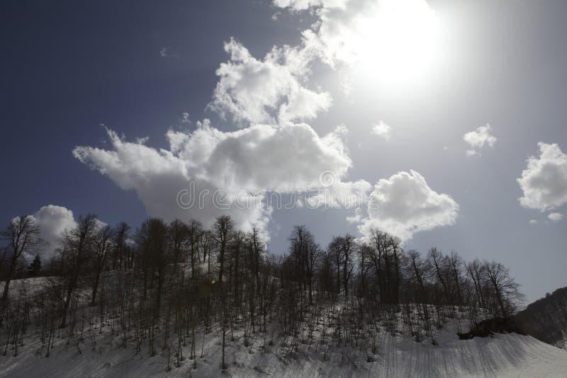 Molnig himmel och snö arkivbilder