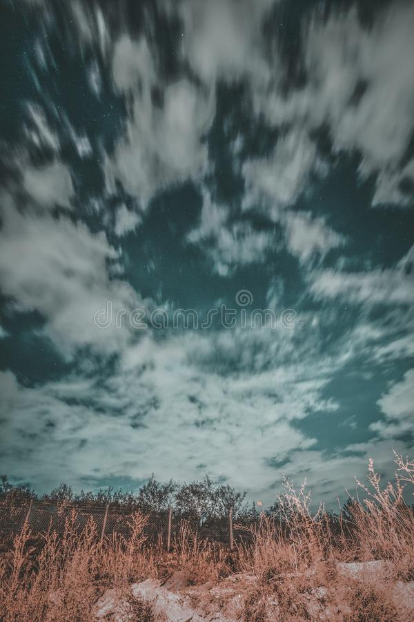 Molnig himmel på natten arkivbilder