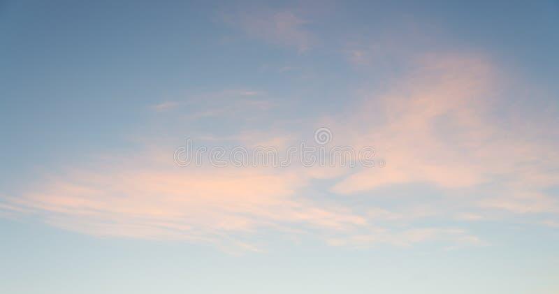 Molnig himmel på soluppgång för bakgrund Mycket sönderrivna moln royaltyfri bild