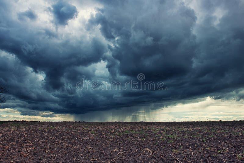 molnig mörk sky royaltyfria bilder