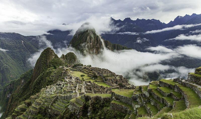 Molnig morgon på Machu Picchu royaltyfri bild