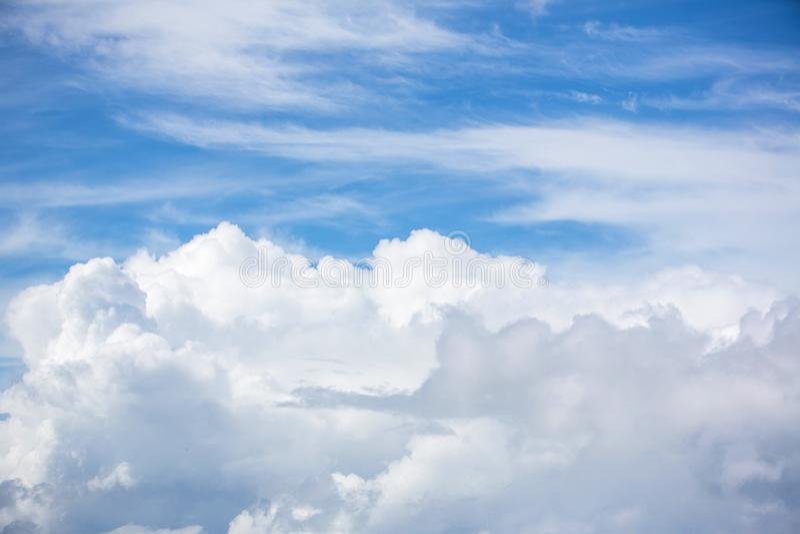 Molnig och blå himmel för bakgrund sikt för vitt moln för naturbakgrund och för blå himmel från flygplanfönster arkivbild