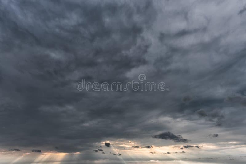 Molnig och stormig himmel ovanför Östersjön i Lettland, nästan Liepaja, Lettland arkivbild