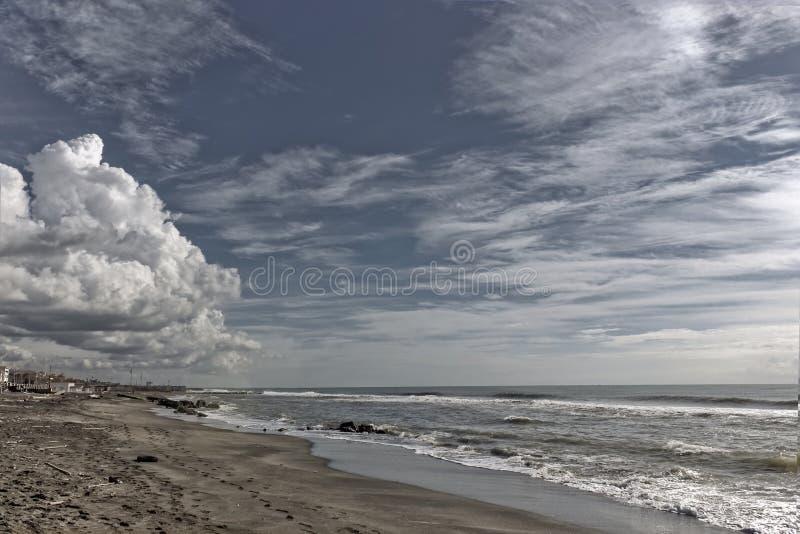 Molnig seascape för vinter royaltyfri bild