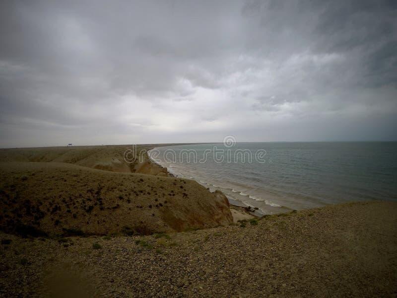 Molnig sjösida i Xinjiang 新疆乌伦古湖 arkivfoton