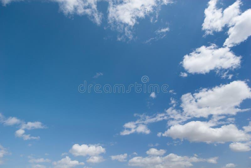 Molnig skybakgrund arkivbilder