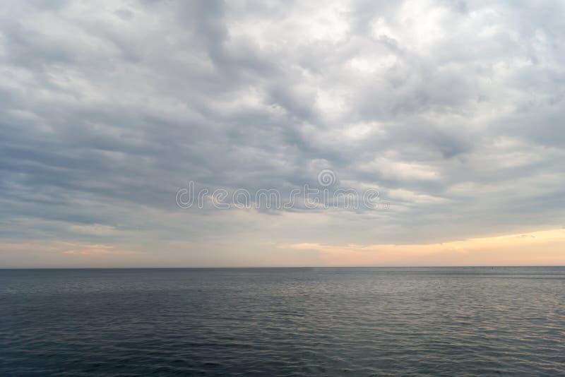 Molnig solnedgång över Blacket Sea arkivbild