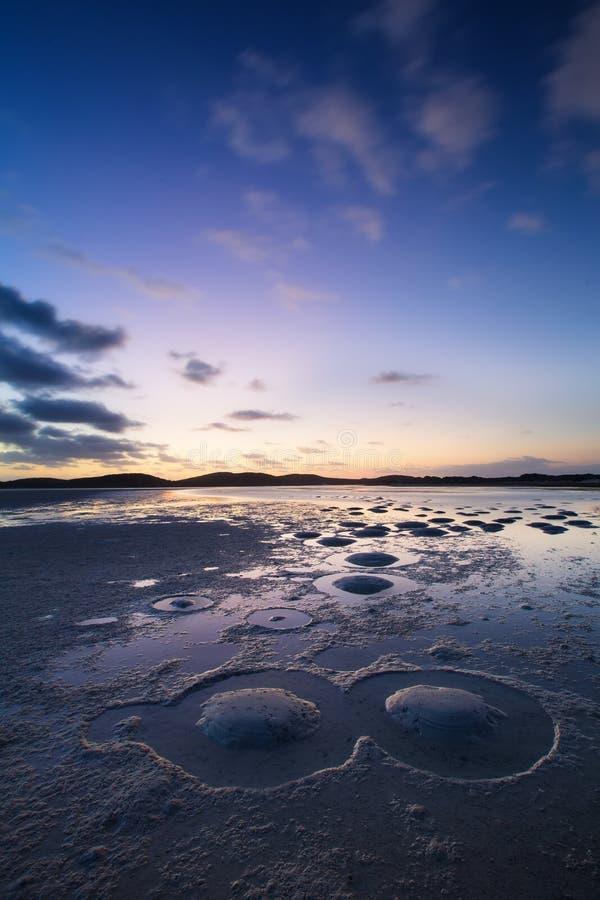 Molnig solnedgång över den tysta lagun med att intressera modeller från s arkivbild